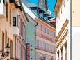 Vor diesen schönen Häusern rechts abbiegen hinauf zum Heiligenbrunn | kalvarienberge-im-mariazellerland-1179