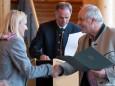 Karl Schornsteiner wird eine Urkunde überreicht - 85 Jahre Seilbahn Bürgeralpe Mariazell - Offizieller Festakt
