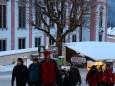 Mariazeller Advent 2012 - Gottfried Schöggl mit den Teilnehmer der Laternenwanderung am Weg zur Stehralm