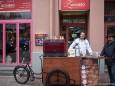 Mariazeller Kaffeeröster Nino Contini mit fahrbarem Untersatz vor dem großen Besucheransturm