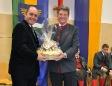 Bgm. Alfred Hinterecker bedankt sich mit Köstlichkeiten der Region bei LH-Stv. Mag. Wolfgang Sobotka für die Unterstützung des Landes NÖ bei der Finanzierung der