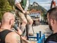 Vizebürgermeister Michael Wallmann versucht sich im Steinheben - Bauernmarkt in Gußwerk 2016