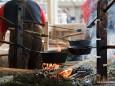Pfandl am offenen Feuer für Erdäpfel-Spatzen