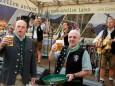 Bier für die Musi von Bgm. Michael Wallner und Bgm. Manfred Seebacher - Edlseer & Junge Zillertaler Frühschoppen in Mariazell am 31. August 2014