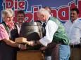 Bieranstich durch Wolfgang Schrittwieser und Manfred Seebacher - Kleine Zeitung Platzwahl Fest am Erlaufsee