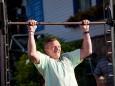 Arnhelm Edmund Liebing versucht sich an der Reckstange - Kleine Zeitung Platzwahl Fest am Erlaufsee