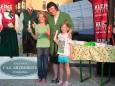 Gabi Arzberger mit den Gewinnern des Dirndls und der Lederhose Lena und Leonie - Kleine Zeitung Platzwahl Fest am Erlaufsee