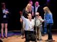 Michael Patrick Simoner mit Besuchern auf der Bühne