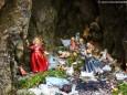 Nische beim Marienwasserfall wo Kerzen und Heiligen Figuren abgelegt werden