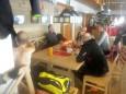 Am Stammtisch im neuen Terzerhaus. Mario, der Schnelle wechselt garade sein Hemd. Skitour auf die Gemeindeale am 27. Dezember 2014. Fotos: Gerhard Wagner