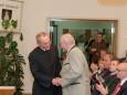 Mag. Superior P. Karl Schauer gratuliert Bgm. Manfred Seebacher - Mariazell - Gemeinderat Angelobung und Bürgermeister- und Stadtratwahl am 23.4.2015