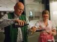 Hannes Girrer mit Tochter Silvia beim Ausschank von Girrer Bier