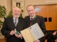 Ing. Hugo Sampl sen. mit Bgm. Josef Kuss - Goldene Ehrennadel der Stadt Mariazell für Ing. Hugo Sampl und Dr. Winfried Wagner