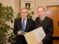 Dr. Winfried Wagner mit Bgm. Josef Kuss - Goldene Ehrennadel der Stadt Mariazell für Ing. Hugo Sampl und Dr. Winfried Wagner
