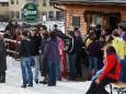 Publikum vor der Bartelbauerhütte beim Saisonschluss Open Air