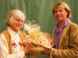 Silvia Brunner überreicht einen Pirker Lebkuchenkorb - Hansi Hinterseer und Steirerbluat bei der Bergwelle in Mariazell