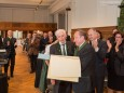 Standing Ovations bei der Überreichung der Ehrenbürgerurkunde durch Bgm. Josef Kuss an Altbürgermeister Helmut Pertl