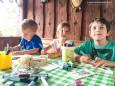 Kinder basteln ein Kräutersackerl - Höfe-Wanderung am Joachimsberg (28.5.2016)