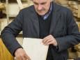 Dr. Reinhard Zach erklärt Geigenbau - Vernissage in der Holzwerkstatt Hermann Ofner mit Alma Silbert & Renate Höfer-Wiesinger
