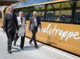 Landesrat Mag. Karl Wilfing und NÖVOG GF Dr. Gerhard Stindl mit dem Pfarrer am Weg zum Panoramawagen - Jungfernfahrt Himmelstreppe Panoramawagen am 27.6.2014