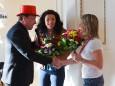 Bgm. Josef Kuss überreicht Gabi Fluch Blumen für Ihre langjährige Organsiation des Kindermaskenballs