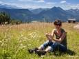 Sommerwiesenrast mit Bergpanoramahintergrund