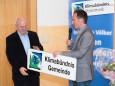 Fritz Hofer übergibt an Bgm. Manfred Seebacher die Klimabündnis Schilder - MUP-Forum Klimastammtisch und Klimabündnis Mariazell