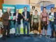 Foto vlnr: Emmerich Seidelberger MUP-Forum Mariazell, Bgm. Manfred Seebacher, Helmut Schweiger, Musikanten, Fritz Hofer Klimabündnis Steiermark - klimaversum-mariazell-ausstellung-48102