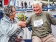 Hans Martschin überreicht seiner Frau Elisabeth das Blumensträußchen, welches er während des Laufs gepflückt hat. krebsforschungslauf-mariazell-erlaufsee-2020-3