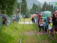 Die Lok kommt - Lars Hermann zieht die Museumstramway - Lok mit 2 besetzen Waggons - 15,5 m weit.
