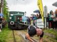 Lars Hermann zieht die Museumstramway - Lok mit 2 besetzen Waggons - 15,5 m weit.