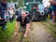 Aus, nichts geht mehr - Lars Hermann zieht die Museumstramway - Lok mit 2 besetzen Waggons - 15,5 m weit.