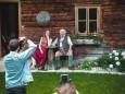 Lena Hoschek Fotoshooting in Mariazell. Foto: Anna Maria Scherfler