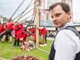 Geschafft - als Belohnung bringt Alex vom Cafe Erzherzog Johann Zirbenschnaps - Traditionelles Maibaumaufstellen in Mariazell am 1. Mai 2015