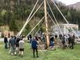 Maibaumaufstellen nach traditioneller Art in Salzatal beim Franzbauer. Foto: Franz-Peter Stadler