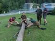 Maibaumumschneiden beim Franzbauer im Salzatal. Foto: Franz-Peter Stadler