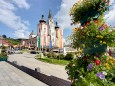 Hauptplatz in Mariazell mit Blumenschmuck und Basilika