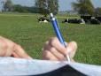 Kartenstudium mit französischer Kuhbeobachtung