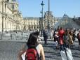 Am Weg zum Eiffelturm am Louvre vorbei