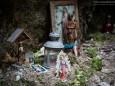 Nische beim Marienwasserfall wo Kerzen und Heiligen Figuren abgelegt werden -Marienwasserfall - Marienstatue Befestigung durch die FF Mariazell am 30. Juni 2014