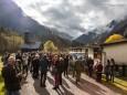 Das Volksheim war schon voll, darum mussten die restlichen Besucher draussen warten. Das verlorene Paradies in der Höll - Buchpräsentation von Martin Prumetz im Volksheim Weichselboden