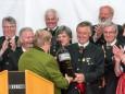 Gerhard Kleinhofer überreicht dem Zirbenlandchor Obdach ein Flascherl - 90 Jahre MGV Alpenland Mariazell - Festveranstaltung