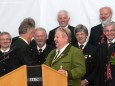 Gerhard Kleinhofer bekommt vom Zirbenlandchor Obdach einen Zirbenschnaps - 90 Jahre MGV Alpenland Mariazell - Festveranstaltung