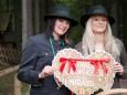 Sabrina und Tanja begrüßen die Besucher mit einer Lebkuchenkostprobe