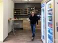 Nur fürs Foto (daher ohne Maske) serviert Ilo Troger einen Kaffee (derzeit nicht erlaubt wegen Corona) nah-frisch-gusswerk-umbau-neueroeffnung-8908