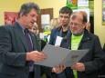 Bgm. Alfred Hinterecker überreicht Peter Sommerer eine Urkunde bei der Nah&Frisch Markt Neueröffnung in Mitterbach