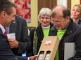 Mag. Herwig Gruber (Fa. Kastner) überreicht Peter Sommerer ein Geschenk bei der Nah&Frisch Markt Neueröffnung in Mitterbach