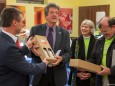 Mag. Herwig Gruber (Fa. Kastner) überreicht Bgm. Alfred Hinterecker ein Geschenk bei der Nah&Frisch Markt Neueröffnung in Mitterbach