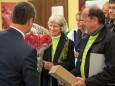 Mag. Herwig Gruber (Fa. Kastner) überreicht Ella Blumen bei der Nah&Frisch Markt Neueröffnung in Mitterbach
