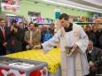 Pater Justin segnet das Gebäude bei der Nah&Frisch Markt Neueröffnung in Mitterbach